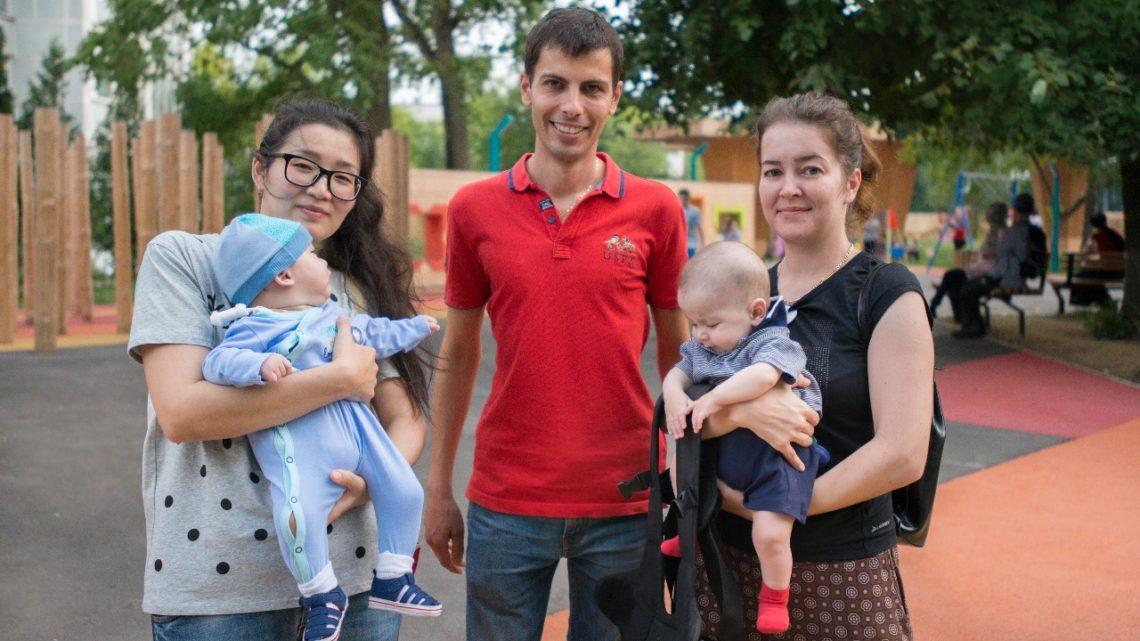 Сотрудники МОО «Всенародный собор» посетили Данияра и Георгия в РДКБ, чтобы передать им и их мамам приобретенное оборудование.